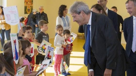 """Gentiloni nella scuola green, poi a Milano per il tour della Costituzione: """"No al mito della rete"""""""