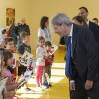 """Gentiloni nella scuola green, poi a Milano per il tour della Costituzione: """"No al mito..."""