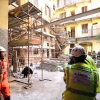 Tragedia sul lavoro a Milano, crolla il ponteggio nel condominio: operaio precipita e muore