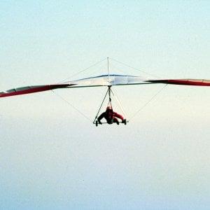 Brescia, deltaplano precipita nel Lago di Garda: sospese per la notte le ricerche