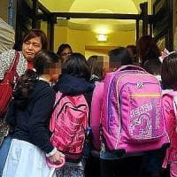 Scuola, maestra cambiata troppe volte: a Cormano la 5B resta fuori dall'aula per protesta