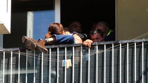 Milano, ferisce la ex a coltellate poi si barrica in casa: bloccato mentre tenta il suicidio