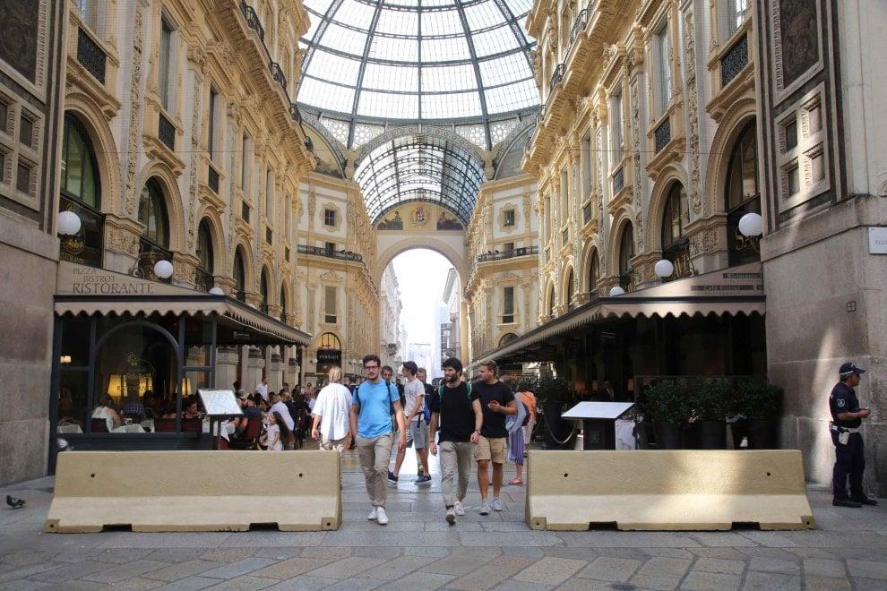 Terrorismo, nel 'Salotto' di Milano le barriere di cemento diventano color d'oro