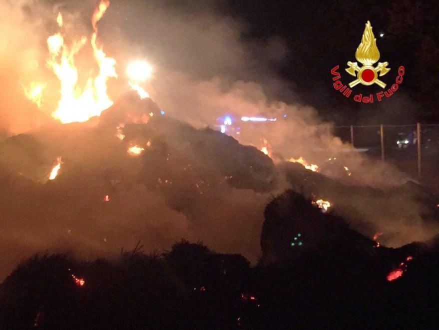 Milano, rogo in cascina: l'intervento dei vigili del fuoco