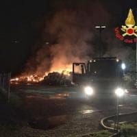 Milano, rogo in cascina: vanno a fuoco cinquecento balle di fieno