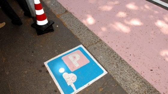 Lega, scandalo a Pontida:  parcheggi rosa solo per donne etero e comunitarie. Poi il sindaco ci ripensa