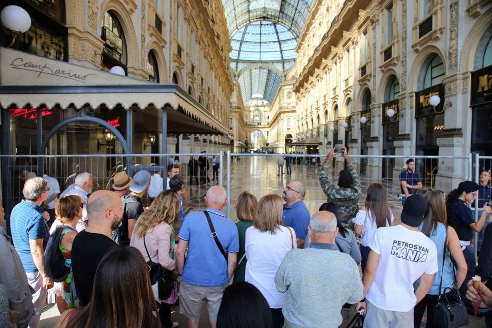 Milano, l'attesa dei curiosi per la cena dei 150 anni della Galleria: cani anti-esplosivo e ingressi sbarrati