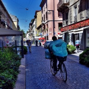 Milano, bambina di sei anni abusata in un portone: è caccia al pedofilo