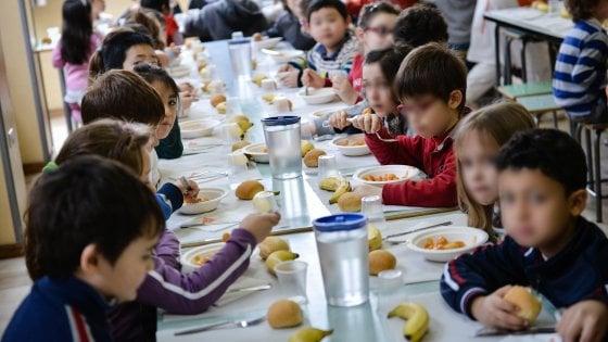 Scuole Milano, novità in mensa: spaghetti per i piccoli e self service di salse e spezie, App ai genitori