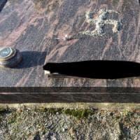 Raid di stampo nazista in un cimitero del Bergamasco: svastiche e lapidi danneggiate