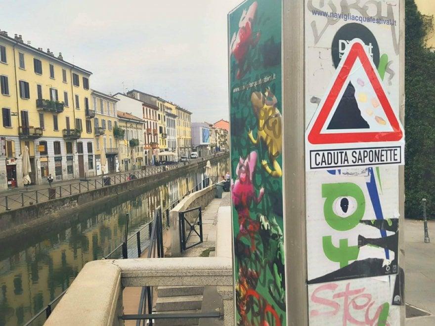 """Attenzione, a Milano pericolo di """"caduta saponette"""": svelato il giallo dei cartelli"""