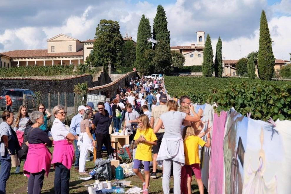 Franciacorta, gli studenti di Brera dipingono un chilometro di tela fra le vigne