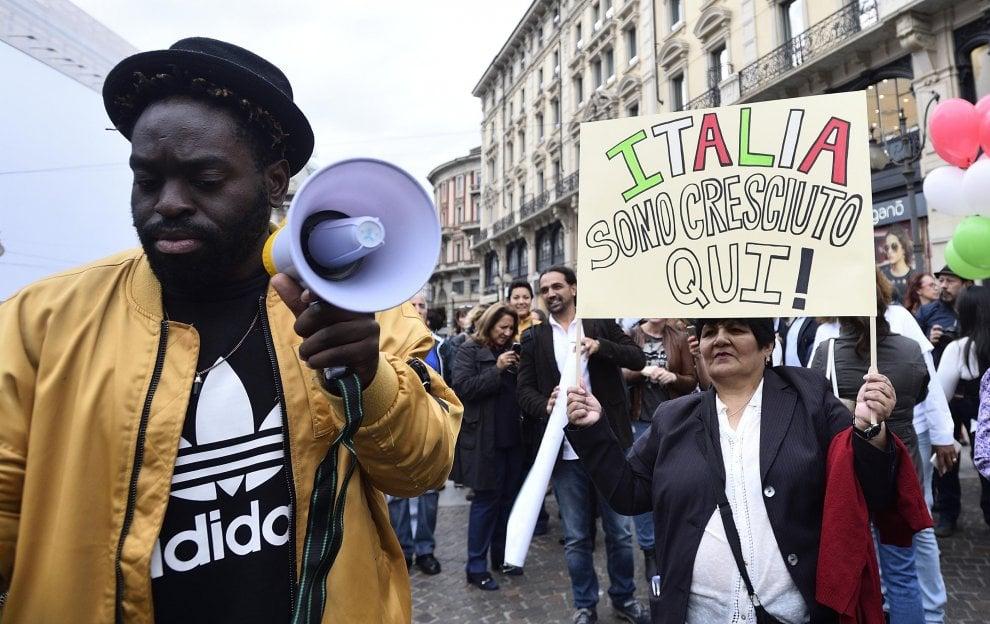 Milano, flash mob per lo Ius Soli: in centinaia in Cordusio