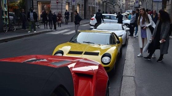 Montenapoleone, in Ferrari insulta e spintona padre di un bimbo disabile: denunciato