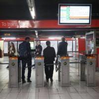 Milano, fermati senza biglietto minacciano con le forbici due controllori