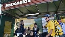 Fermata sponsorizzata  in piazza Cairoli:  la pensilina del tram diventa un fast food