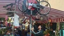 Dimentica la bici in area  mercato: gli ambulanti  gliel'appendono al palo