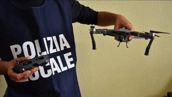 Milano, in piazza Duomo con un drone telecomandato: denunciato