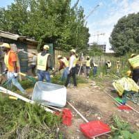 Puliamo il mondo, centinaia di migranti al lavoro nei parchi di Milano