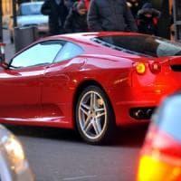 """Sosta disabili in Montenapoleone, parla il proprietario della Ferrari: """"Solo una mezza..."""