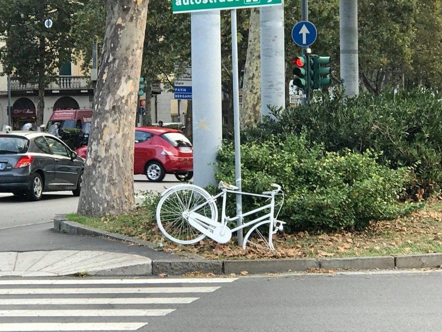 """Milano, vandalizzata la """"ghost bike"""" in memoria di Enrico: l'amarezza dei ciclisti"""
