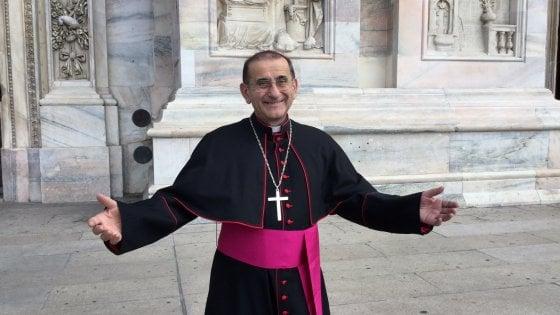 """""""A braccia aperte"""", con Papa Francesco parte da Milano la campagna social per i migranti: Delpini in posa"""