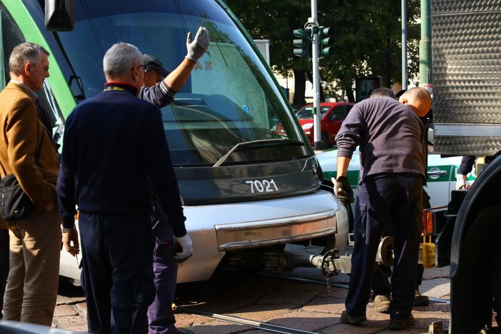 Milano, tram 15 fermo per un guasto: auto in coda e traffico in tilt