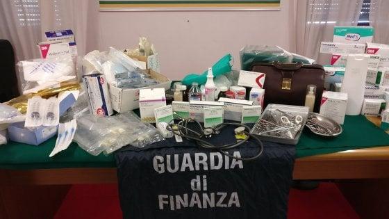 Varese, agente immobiliare si spaccia per chirurgo estetico: gli interventi sulla scrivania