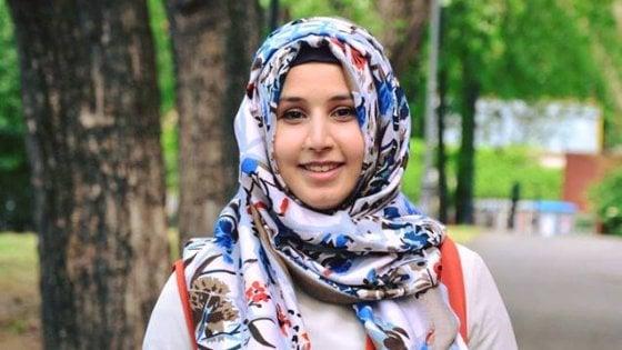"""Giovane leader musulmana: """"Insultata in aeroporto, ma ho diritto a non togliere velo e giacca in pubblico"""""""