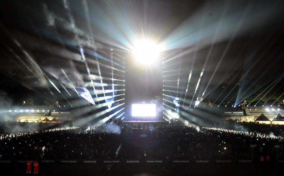 Milano lo show di fasci di luce riempie l 39 arena 1 di 1 for Samsung arena milano