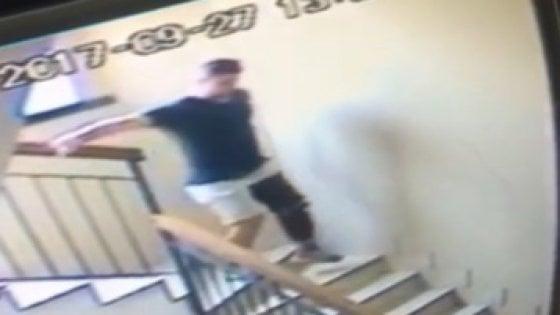 """Milano,  abusi su 13enne. Il maniaco dell'ascensore si è costituito e ha chiesto aiuto: """"Curatemi"""""""