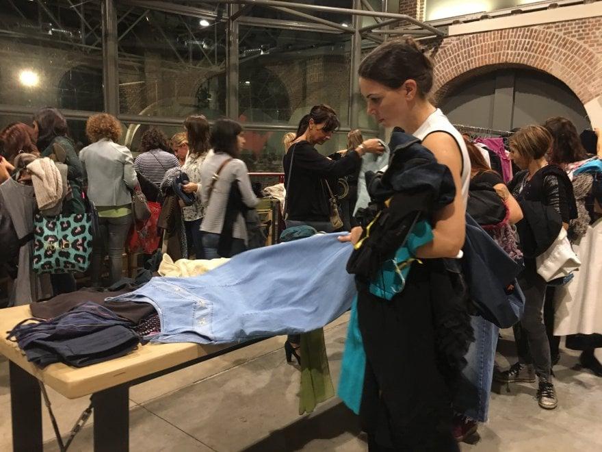 """""""Swap in the City"""", abiti griffati a costo zero: la moda dello scambio a Milano"""