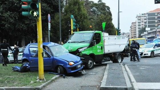 Milano, si scontra all'incrocio con un camion dell'Amsa: morta una ragazza di 25 anni