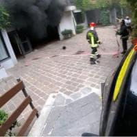 Milano, auto elettrica prende fuoco nel garage: nove intossicati in ospedale, tra loro 5 bambini