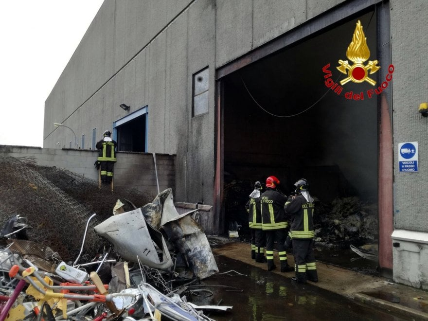 Cinisello Balsamo, incendio in deposito di rifiuti industriali: l'ennesimo di una serie