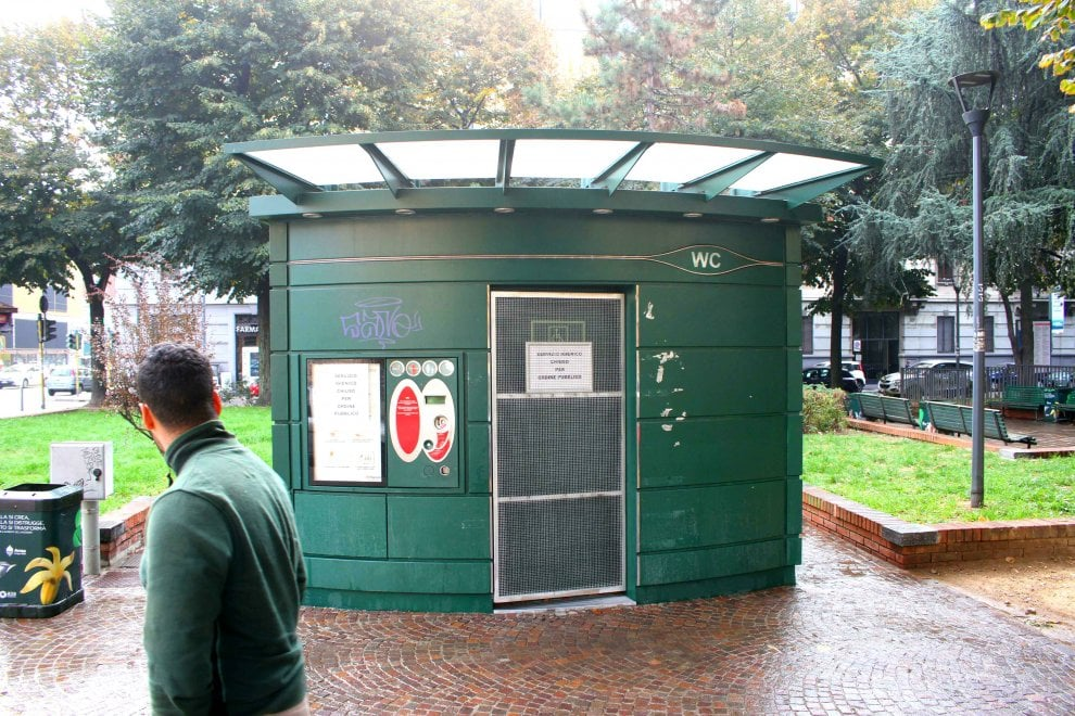 """Milano, chiuso il bagno chimico di via Benedetto Marcello: era """"occupato"""" dalle prostitute"""