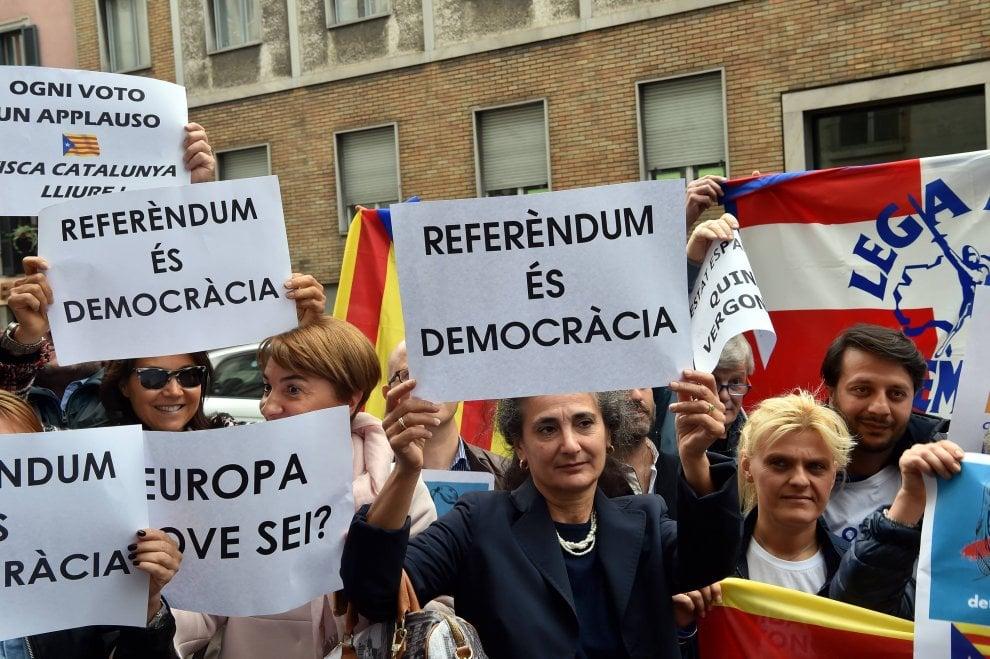 "Milano, la Lega davanti al consolato spagnolo: ""Referendum es democracia"""