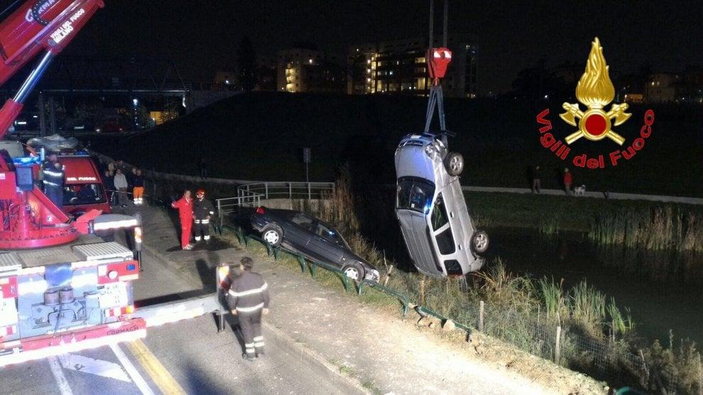 Bruzzano, scontro tra due auto: una finisce nel laghetto
