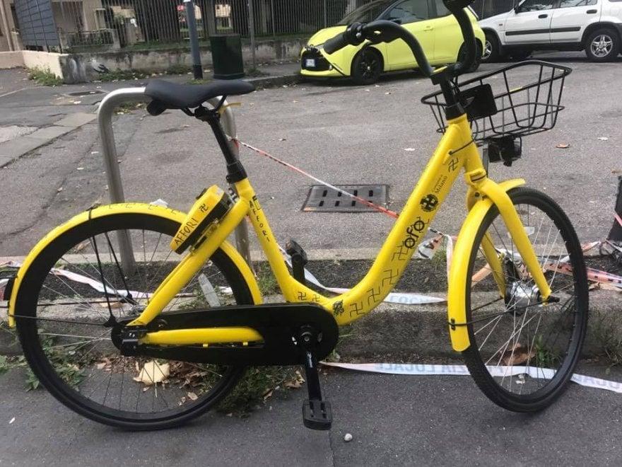 Milano, svastiche sul bike sharing: la fotodenuncia su Facebook
