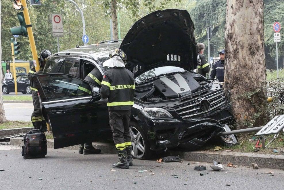 Milano, auto si scontra con un'autopompa dei vigili del fuoco e finisce contro un albero