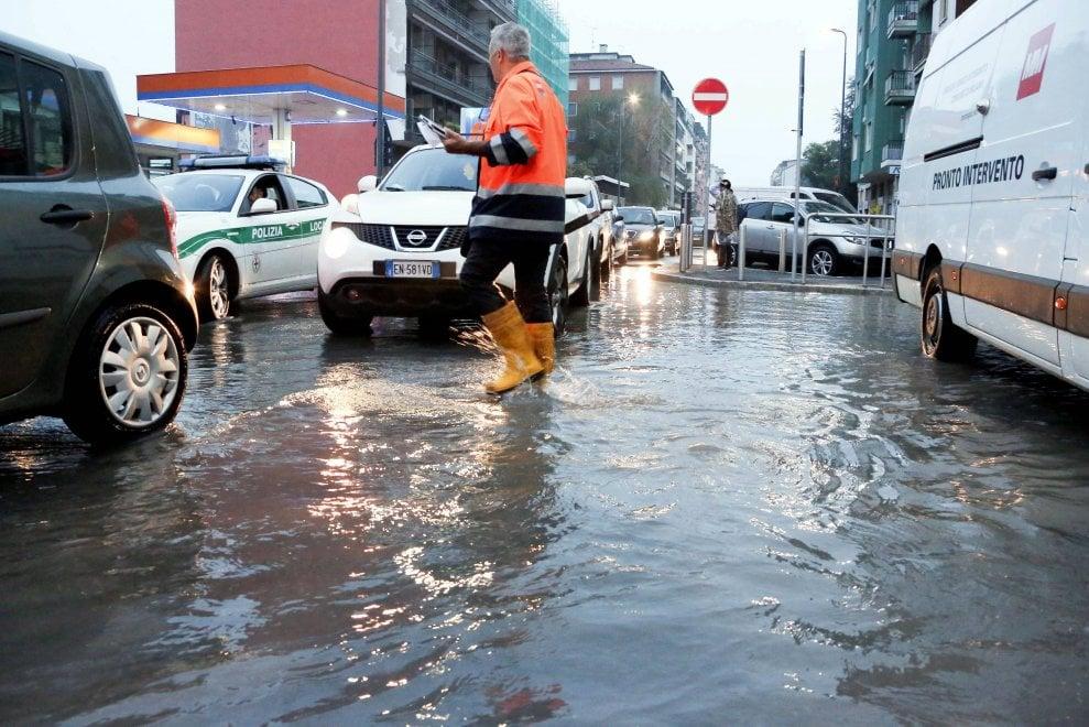 Milano, si rompe una tubatura: via Sismondi allagata