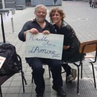 Milano, l'uomo che raccoglie le storie d'amore dei passanti: il confessionale