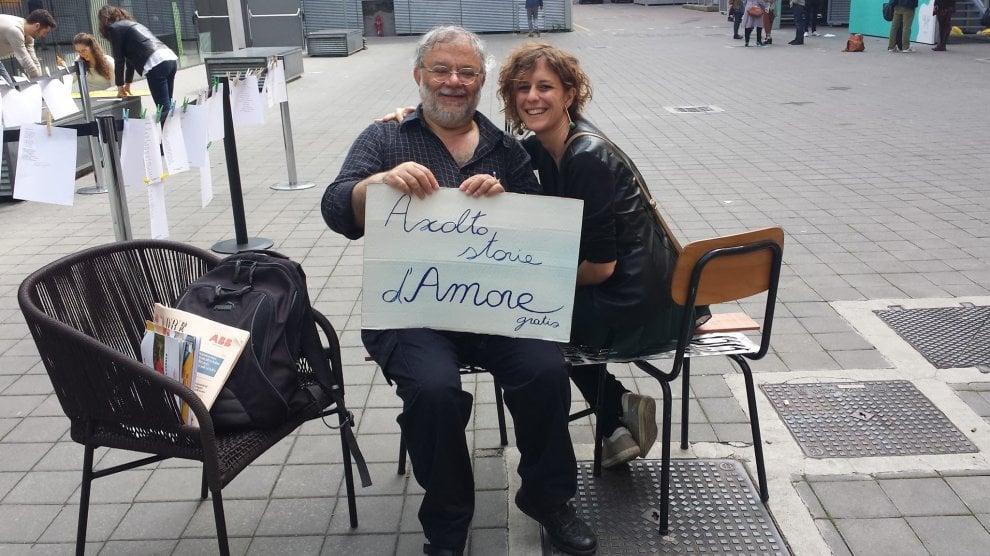 Milano, l'uomo che raccoglie le storie d'amore dei passanti: il confessionale di Salvino Sagone