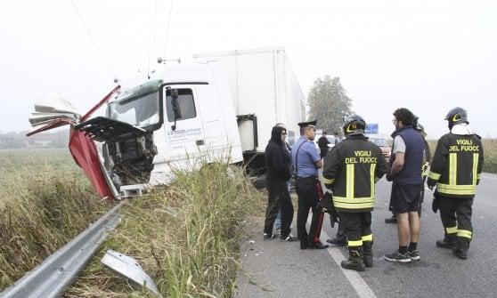 Lodi, travolto e ucciso da un tir in corsia d'emergenza mentre aspetta il soccorso stradale: muore 36enne