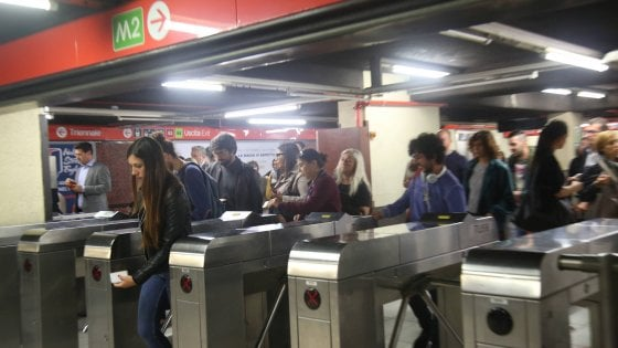 Milano, lo sciopero dei mezzi pubblici ferma la linea lilla del metrò