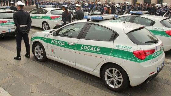Milano, pirata della strada investe un pedone e scappa: rintracciato dagli agenti della Polizia locale