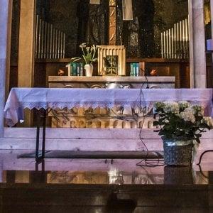 """Rubano ostia e incendiano tovaglia dell'altare nel Milanese, i 3 minori vandali: """"Era per noia"""""""