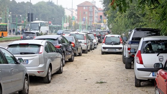 Milano, sosta selvaggia nei quartieri di periferia: l'assedio delle auto parcheggiate dai pendolari
