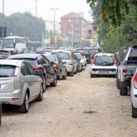 Milano, sosta selvaggia nei quartieri di periferia: l'assedio delle auto
