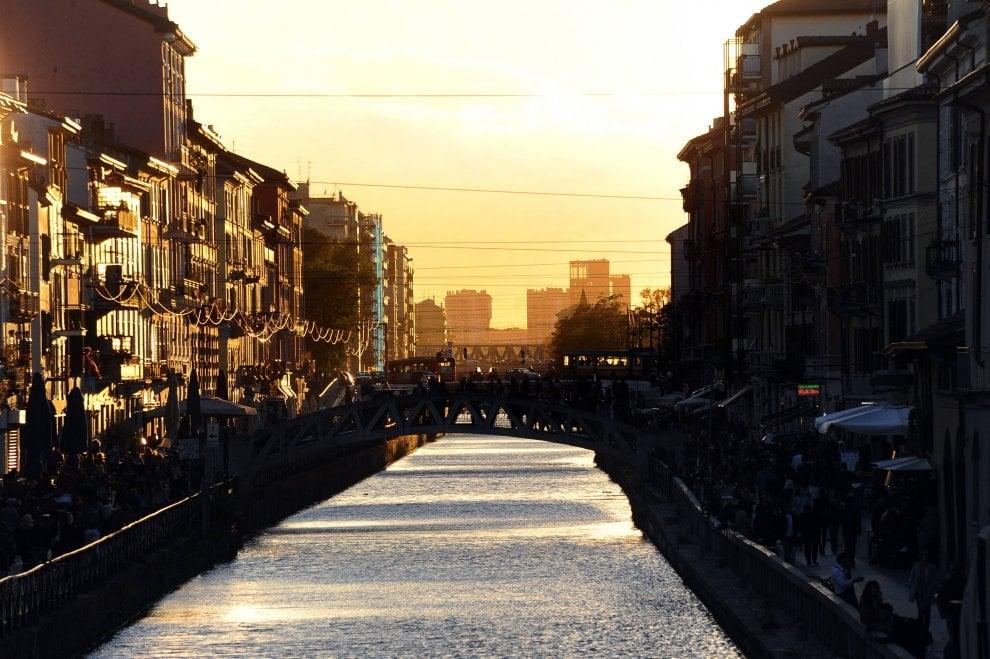 Il vento spazza Milano e il tramonto sui Navigli diventa uno spettacolo
